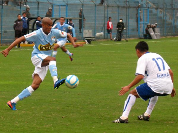 CON GANAS DE ENTRAR. Junior Ross controla bien el esférico y se acerca al área de Unicachi. Edson Chacaliza marca con atención. (Foto: José Salcedo / DeChalaca.com)