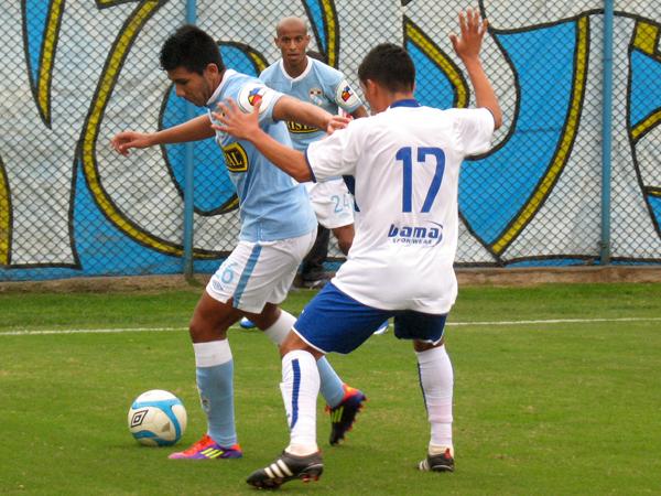 CON PRECAUCIÓN. Un nuevo ataque por banda. Tarek Carranza tiene la posesión del balón pero ya es presionado por Chacaliaza. Junior Ross mira con mucha atención la jugada. (Foto: José Salcedo / DeChalaca.com)