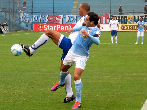 NO LLEGABA A ELLA. Miguel Ximénez trata de coger el balón para un nuevo ataque; sin embargo, Pedro Sanguinetti está atento y se antepone al delantero de Sporting Cristal. (Foto: José Salcedo / DeChalaca.com)