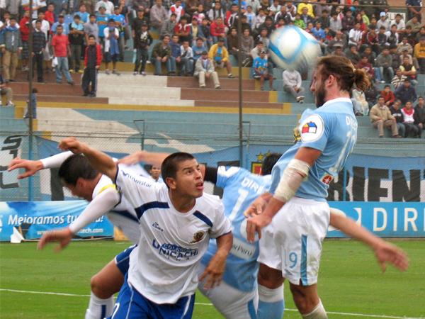 LOBO EN LO ALTO. Gonzales Vigil gana a todos en el aire y casi convierte a favor de Cristal. Yerssinio Saldaña sufre con la acción. (Foto: José Salcedo / DeChalaca.com)