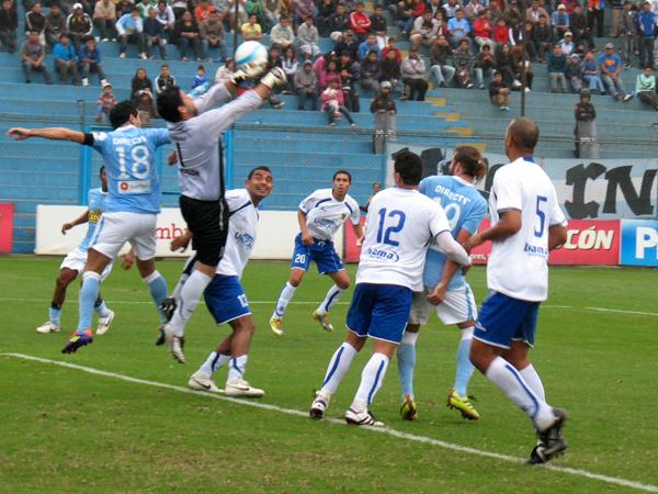 ERA LA ÚLTIMA. Centro al área y Venegas logra despejar el balón con los puños. El partido no daba para más: empate y penales. (Foto: José Salcedo / DeChalaca.com)