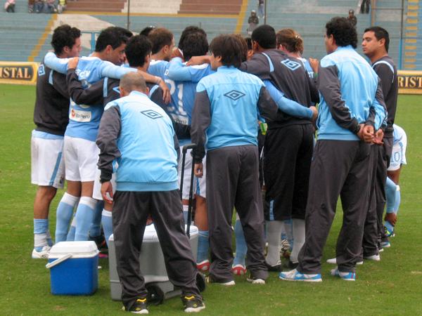 APOYO CELESTE. Juan Reynoso reunió a sus muchachos para preparar la tanda de los penales. Sporting Cristal necesitaba la clasificación en casa. (Foto: José Salcedo / DeChalaca.com)