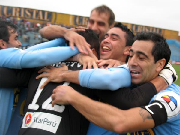 EL ABRAZO MERECIDO. Manuel Heredia abrazado por sus compañeros, tras haber sido héroe en la clasificación de Cristal. (Foto: José Salcedo / DeChalaca.com)