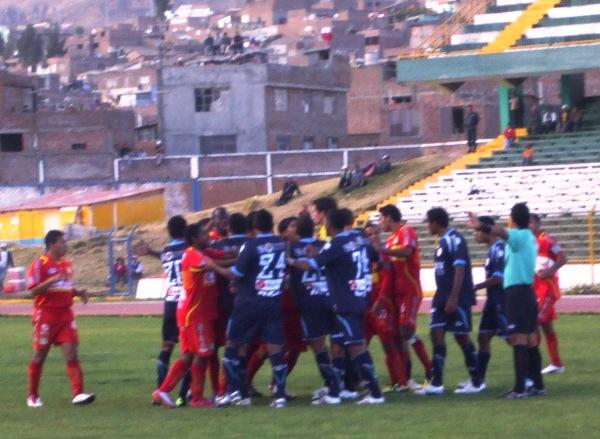 LA BRONCA. En Huancayo, los jugadores del 'Matador' y del Vallejo protagonizaron un bochornoso incidente al pelearse en plena cancha. Los ánimos estuvieron muy caldeados. (Foto: Diario Primicia de Huancayo)