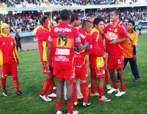 LA CELEBRACIÓN. Tras imponerse en la tanda de penales, los jugadores del Sport Huancayo iniciaron un emotivo festejo por la clasificación a semifinales. (Foto: Diario Primicia de Huancayo)