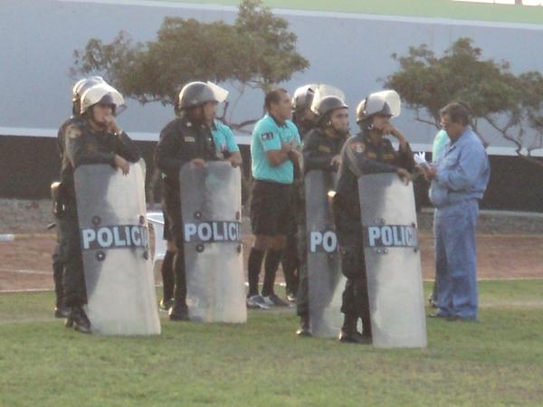 LOS PROTEGIDOS. La terna arbitral encabezada por Roberto Mauro tuvo que ser resguardada por la policía debido a la molestia de parte de los jugadores ediles. (Foto: Aldo Ramírez / DeChalaca.com)