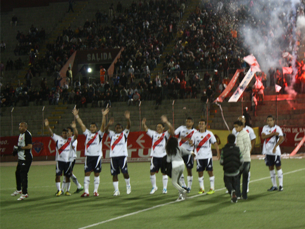 ARMANDO LA FIESTA. José Gálvez ingresaba a su recinto y su gente lo recibe de la mejor manera. (Foto: diario de Chimbote)