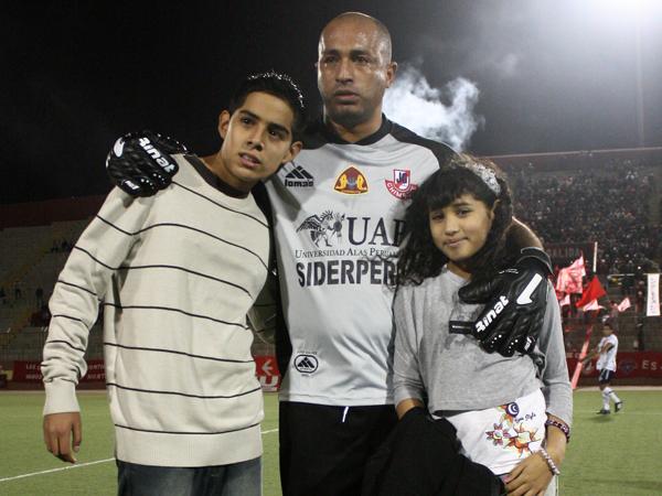 SU MEJOR ALIENTO. Marcos Flores se toma una foto junto a sus hijos antes del trascendental encuentro ante Sport Áncash. (Foto: diario de Chimbote)