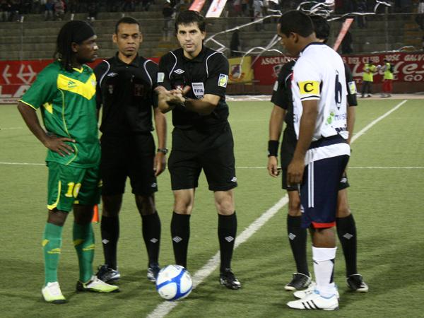 A POCO DEL COMIENZO. George Buckley hace el sorteo entre los capitanes Juan Carrillo y Luis Mayme. (Foto: diario de Chimbote)