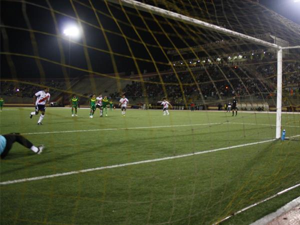 VALIÓ LA PENA. Luis Cordero anota de penal el 1-0 a favor de José Gálvez. Habrían muchos más goles. (Foto: diario de Chimbote)