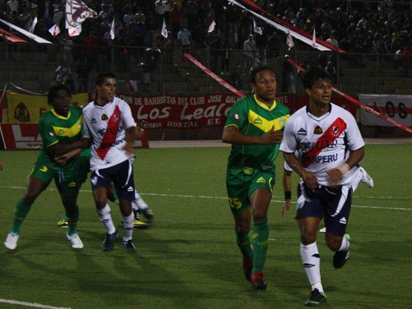 QUIDO TAMBIÉN EL SUYO. Cosme Garcete va en busca de su gol pero es bien marcado pro Ysmael Regalado. El atacante paraguayo no pudo anotar pero estuvo incisivo en ataque. (Foto: diario de Chimbote)