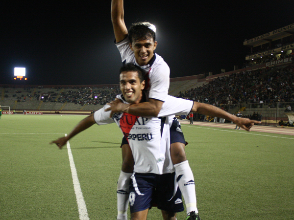 CELEBRACIÓN PARAGUA. Sixto Santa Cruz anota su segundo gol en el encuentro y lo celebra con Cosme Garcete. Los dos atacantes paraguayos fueron un dolor de cabeza para la defensa de Sport Áncash. (Foto: diario de Chimbote)