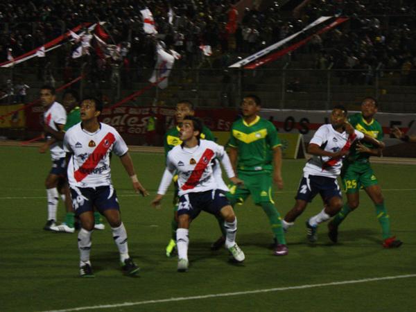 JUGADA POR JUGADA. Nueva llegada de gol a favor de José Gálvez. Cosme Garcete participa pero no logra anotar. (Foto: diario de Chimbote)