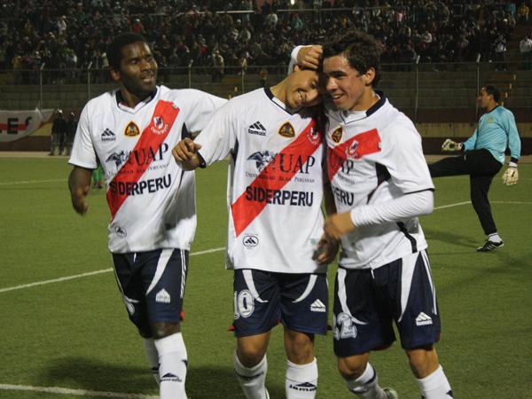 ESTUVO INSPIRADO. César Medina anota nuevamente y es felicitado por Álex Magallanes y Ricardo Salcedo. Goles por doquier en el encuentro. (Foto: diario de Chimbote)