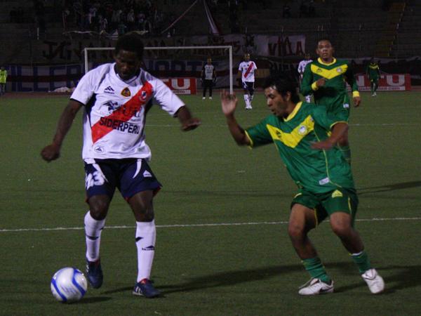 UNA MÁS 'MAGA'. Álex Magallanes llega con peligro para tratar de alargar el marcador. Sport Áncash solo se dedicaba a marcar. (Foto: diario de Chimbote)