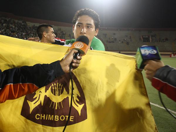 ÉL ES EL HOMBRE. César Medina se consagró como la gran figura de la final del Intermedio. Es asediado por un parte de la prensa. (Foto: diario de Chimbote)