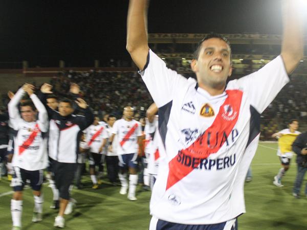 GRITO GRUPAL. Sixto Santa Cruz comanda la celebración de José Gálvez, que ganaba un título muy merecido. (Foto: diario de Chimbote)