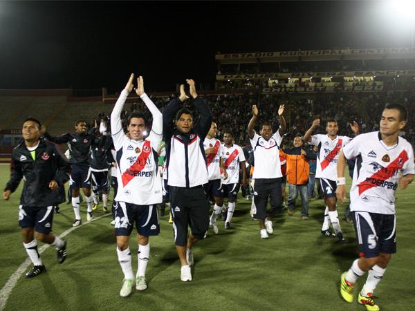 VALE EL APLAUSO. Los equipistas de José Gálvez hicieron un enorme esfuerzo y con aplausos se despiden de su público que gozó como nunca. (Foto: diario de Chimbote)