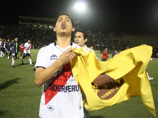 YO MISMO SOY. César Medina celebra con la bandera de Chimbote el título. La gente no paraba de aplaudirlo. (Foto: diario de Chimbote)