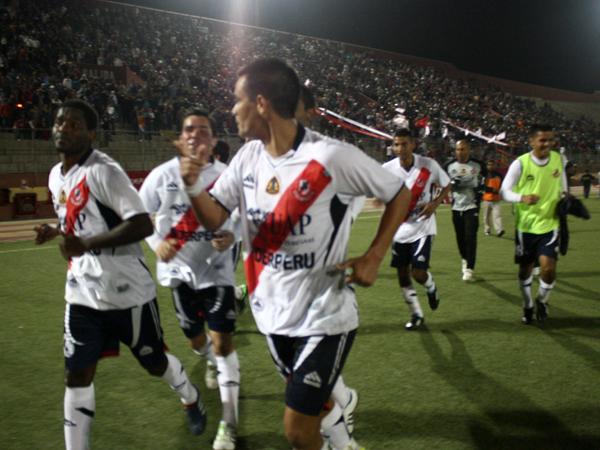 LA RESPECTIVA VUELTA. La vuelta olímpica del elenco 'galvista' alrededor del campo de juego. (Foto: diario de Chimbote)