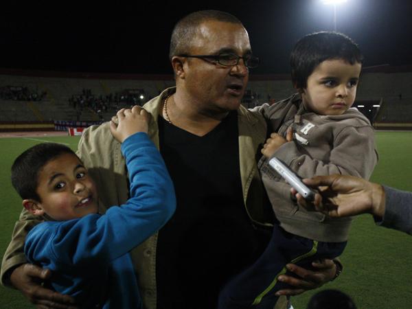 PARA LOS RETOÑOS TAMBIÉN. Rafael Castillo concede entrevistas junto a su hijos. De seguro, parte de su fuerza para sacar al equipo chimbotano adelante. (Foto: diario de Chimbote)