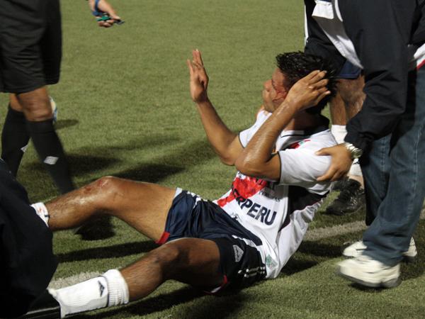 EL HERIDO. Janio Posito queda tendido en el borde del campo juego con la cabeza ensangrentada. El atacante de José Gálvez luchó y luchó en lo suyo y tuvo un tipo de consecuencia. (Foto: Diario de Chimbote)
