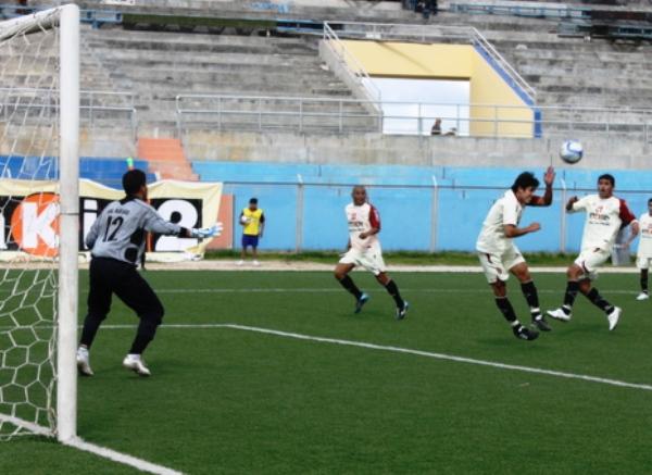 EL CASI CASI. Un balón encontró sin marca a Isaac Ponte, pero el delantero de UTC no pudo concretar, fallándose la más clara del partido que jugó el elenco de Cajamarca ante Real Garcilaso. (Foto: Jorge Cabanillas)