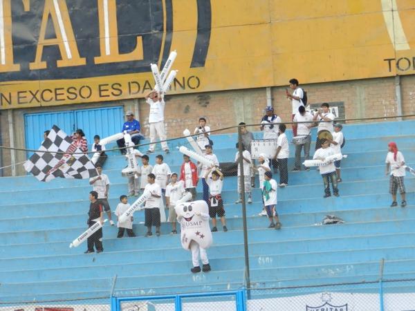 DESMUELADOS. Los 25 hinchas de San Martín y la muela, tuvieron que irse con el sinsabor de la derrota en el San Martín. Igual, la nota lo vale.  (Foto: Abelardo Delgado / DeChalaca.com)