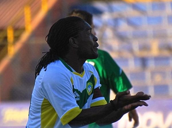 APODERADO POR DROGBA. Juan Carrillo tiene todas las del marfileño. Intenta pegarle como él y también reclamara como el africano. Por ahora, es figura en Sport Áncash. (Foto: Diego Ramos)