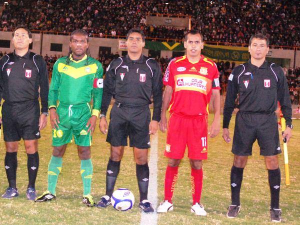CINTA PARA LA FOTO. César Castillo, Juan Carrillo, Julio Álvarez, Blas López y Juan Triveño posan para la foto de rigor. (Foto: Miguel Guimaray)