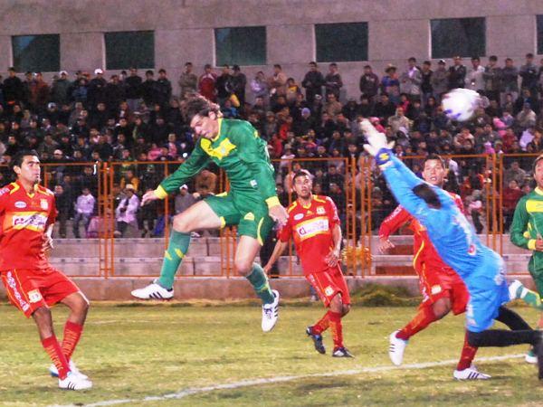 SALE EL MISIL. Una salida a medias de Giuria, le permite a Lenci anotar el segundo del partido a los 18'. (Foto: Miguel Guimaray)