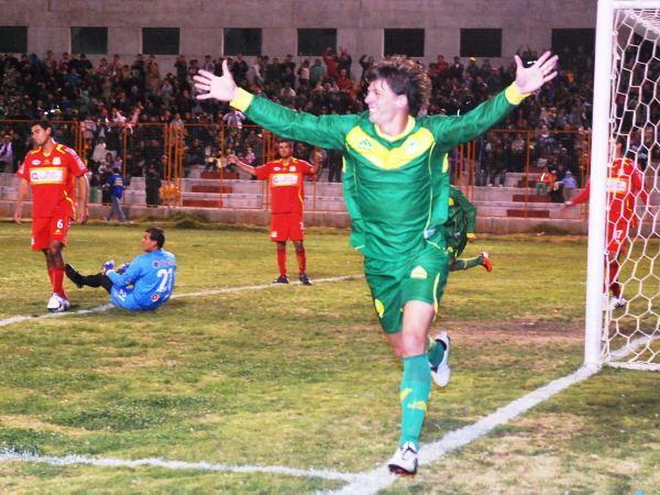 TANGOLERO. El argentino celebra una conquista más en el Intermedio. Es uno de los goleadores y figuras del torneo. (Foto: Miguel Guimaray)