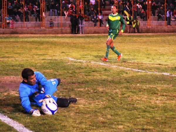 NO FUE MALO. A pesar de recibir dos goles, con complicidad en el segundo, Miguel Giuria tuvo una aceptable actuación bajo los tres palos del 'Rojo Matador'. (Foto: Miguel Guimaray)