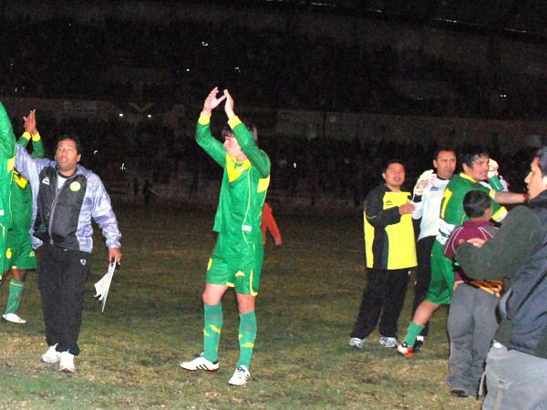 QUIEREN AHORRAR. Los jugadores de Sport Áncash se reunían para saludar a su gente, pero ya no había tiempo: las luces del Rosas Pampa se apagaron. (Foto: Miguel Guimaray)