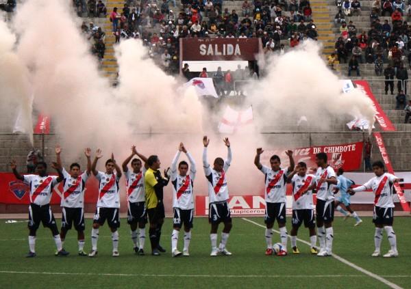 POR TODO LO ALTO. Los jugadores del José Gálvez fueron recibidos por su hinchada, la cual saludó afectuosamente. (Foto: Diario de Chimbote)