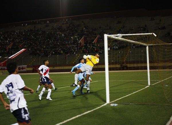 CON MUCHO SUSPENSO. Un cabezazo de Salcedo no pudo ser contenido por Aliaga decretándose el 1-0 a favor del cuadro local. (Foto: Diario de Chimbote)