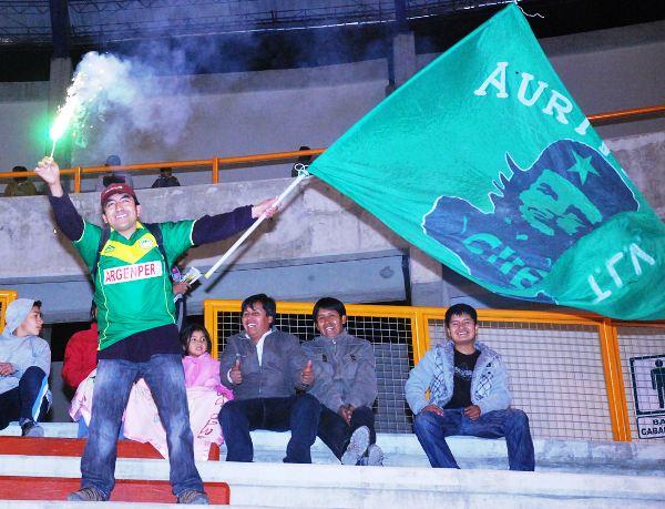 EL HINCHA. Con una bandera en una mano, y con una bengala en la otra, este hincha ancashino sí que alentó a la 'Amenaza Verde'. (Foto: Miguel Guimaray)