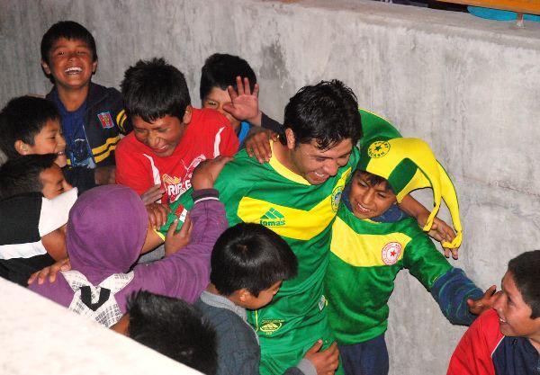 EL ENGREDÍDO. Bustinza fue uno de los jugadores más requeridos por los niños tras el triunfo del Sport Ancash. Recibió toda la alegría y el cariño de la hinchada. (Foto: Miguel Guimaray)