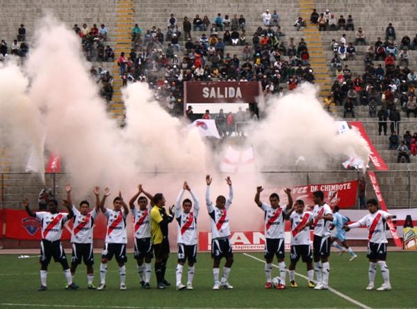 EL GESTO. En Chimbote, los hinchas del José Gálvez recibieron a su equipo por todo lo alto, antes del duelo ante Cristal. (Foto: Diario de Chimbote)