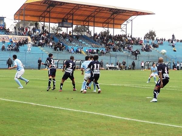 SE FORMAN LAS PAREJAS. Apenas iniciado el encuentro, Cristal apelaba a los pelotazos al área rival. (Foto: Aldo Ramírez / DeChalaca.com)