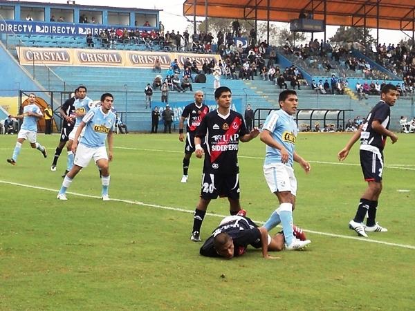 CAYÓ DE CUTO. Juan Zevallos estuvo muy activo en los balones aéreos. En varias jugadas terminó en el suelo. (Foto: Aldo Ramírez / DeChalaca.com)
