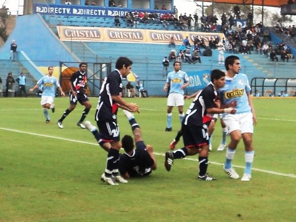 SE DESPLOMAN. La marca galvista era tan rígida, que los jugadores terminaban tirados en su área. Al final, valió la pena. (Foto: Aldo Ramírez / DeChalaca.com)
