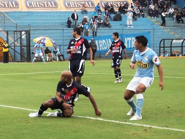 NO SE DESPEGA. Javier Salazar estuvo muy aplicado en defensa. Sobre todo a la hora de marcar a Andy Pando. (Foto: Aldo Ramírez / DeChalaca.com)