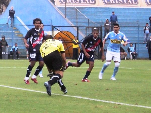 SEGURIDAD EN EL ARCO. Héctor Hernández controla correctamente un balón venía dando varios botes. (Foto: Aldo Ramírez / DeChalaca.com)