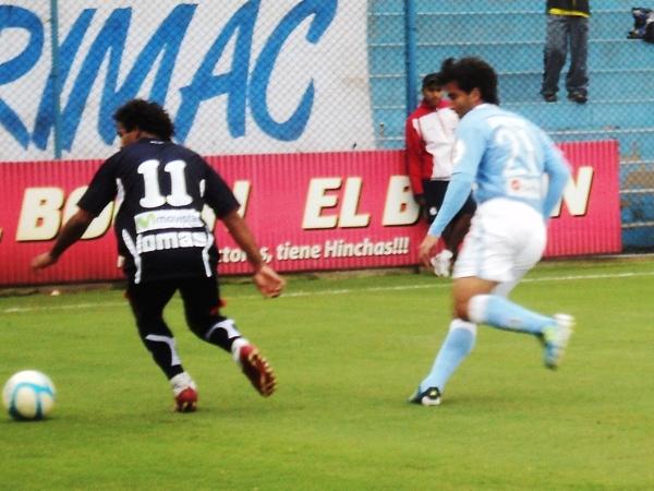 MARCA FITO. Daniel Peláez y Rodolfo Espinoza tuvieron un duelo aparte por la franja derecha del campo del San Martín. (Foto: Aldo Ramírez / DeChalaca.com)