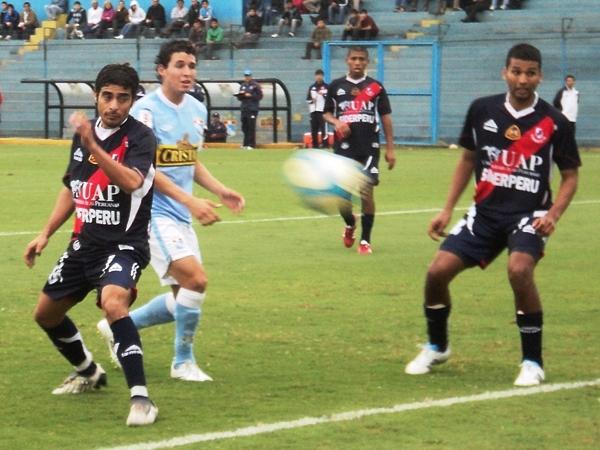 REMATE TORREJA. Claudio Torrejón jugó lanzado al ataque, pero no pudo aprovechar los balones que llegaban al área visitante. (Foto: Aldo Ramírez / DeChalaca.com)