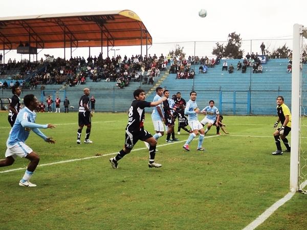 EL AJUSTE. Tras un cabezazo de Juan Diego Lojas, Gálvez se salvaría gracias al palo izquierdo del arco del 'Loco' Hernández. (Foto: Aldo Ramírez / DeChalaca.com)