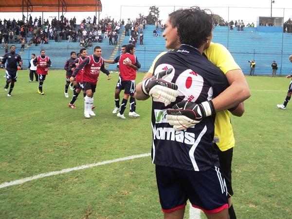 LA ALEGRÍA. Héctor Hernández y Cosme Garcete celebran la clasificación a la Final del Intermedio. El clásico ancashino los espera. (Foto: Aldo Ramírez / DeChalaca.com)