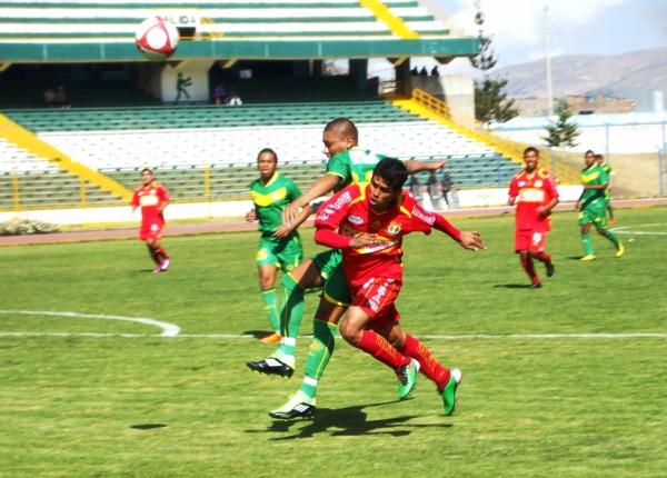 DOLOR DE EX. Saúl Giral, ex Sport Ancash, se proyectó constantemente y obligó a que Cárdenas tuviera un especial cuidado. (Foto: Diario Primicia de Huancayo)