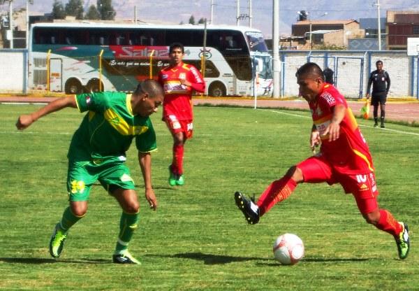 MANIOBRAS EVASIVAS. Sotil intenta mediante una finta eludir a Cleque, quien no pierde de vista el balón. (Foto: Diario Primicia de Huancayo)